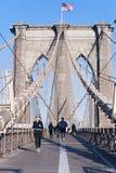 Consiga el ajuste en el puente de Brooklyn imagen de archivo