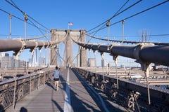 Consiga el ajuste en el puente de Brooklyn imagen de archivo libre de regalías