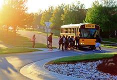 Consiga en el autobús escolar Foto de archivo libre de regalías