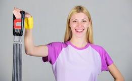 Consiga a grande forma Aprecie o resultado Equipamento de esporte do expansor do estiramento da mulher com esfor?o Como maneira a foto de stock