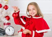 Consiga increíblemente emocionado sobre la Navidad Concepto de la felicidad de la niñez El niño celebra la Navidad en casa Día pr fotos de archivo