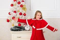 Consiga increíblemente emocionado sobre la Navidad Traje festivo de la muchacha del niño cerca del árbol de navidad Concepto de l fotos de archivo libres de regalías