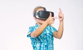 Consiga la experiencia virtual Concepto de la realidad virtual El ni?o explora realidad virtual de la tecnolog?a moderna Educaci? fotografía de archivo