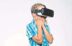 Consiga la experiencia virtual Concepto de la realidad virtual El ni?o lindo de la muchacha con la cabeza mont? la exhibici?n en  fotografía de archivo