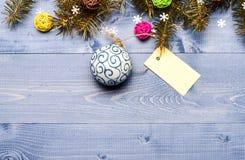 Consiga listo para la Navidad Opinión de top de madera del fondo de las decoraciones de la Navidad Extremidades para preparar la  fotos de archivo libres de regalías