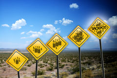 Consiga los ricos o el concepto de la riqueza con símbolo del dólar de EE. UU. en señal de tráfico amarilla en paisaje del desier foto de archivo libre de regalías