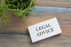 Consiglio legale Biglietto da visita con il messaggio ed il fiore Articoli per ufficio sulla vista del piano d'appoggio dello scr fotografie stock libere da diritti