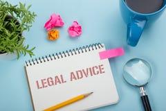 Consiglio legale Blocco note con il messaggio, la tazza di caffè, la penna ed il fiore Articoli per ufficio sulla vista del piano immagine stock