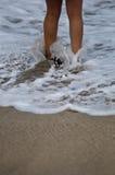 Consiguiendo sus pies mojados Fotografía de archivo libre de regalías