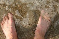 Consiguiendo sus pies mojados Foto de archivo libre de regalías