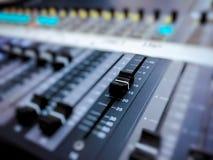 Consola audio profesional del mezclador con los botones negros para igualar sonidos fotografía de archivo