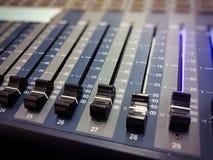 Consola audio profesional del mezclador con los botones negros para igualar sonidos foto de archivo libre de regalías