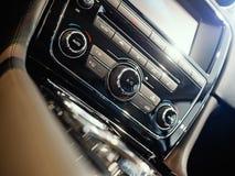 Consola central de un coche de lujo foto de archivo libre de regalías