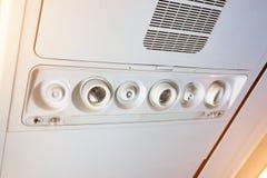 Consola de arriba en los aviones de pasajero modernos bot?n del aire acondicionado e interruptor de iluminaci?n, botones de la ll imágenes de archivo libres de regalías