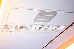 Consola de arriba en los aviones de pasajero modernos bot?n del aire acondicionado e interruptor de iluminaci?n, botones de la ll imagen de archivo
