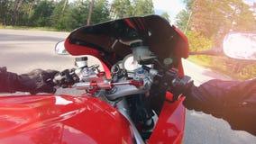 Consola de control de una moto mientras que conduce POV Montar a caballo del motorista abajo de la carretera nacional almacen de video