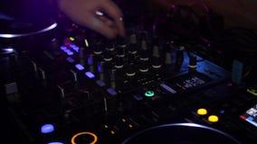 Consola de DJ en el club almacen de metraje de vídeo