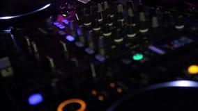 Consola de DJ en el club almacen de video