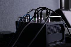 Consola de mezcla audio en la tabla imágenes de archivo libres de regalías