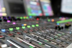Consola de mezcla audio de la difusión moderna de Digitaces foto de archivo libre de regalías