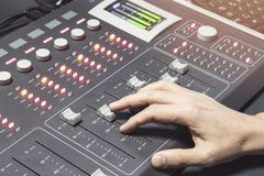 Consola de mezcla audio profesional con los atenuadores y los botones del ajuste - radio imagen de archivo libre de regalías