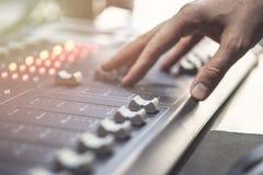 Consola de mezcla audio profesional con los atenuadores y los botones del ajuste - radio foto de archivo