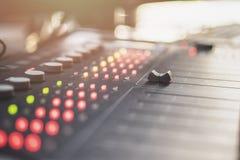 Consola de mezcla audio profesional con los atenuadores y los botones del ajuste - radio fotos de archivo libres de regalías