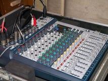 Consola de mezcla audio profesional con los atenuadores y el botón del ajuste Fotografía de archivo libre de regalías