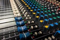 Consola de mezcla audio profesional de la vista lateral imagenes de archivo