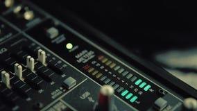 Consola de mezcla con los indicadores llanos almacen de metraje de vídeo