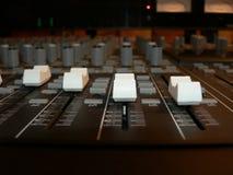 Consola de mezcla - controles de volumen del canal 2 fotografía de archivo