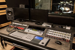 Consola de mezcla de la música en el estudio de grabación de los sonidos fotografía de archivo libre de regalías