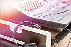 Consola de mezcla digital y auriculares imagen de archivo