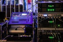 Consola de mezcla de DJ y amplificadores audios de la música imagen de archivo libre de regalías