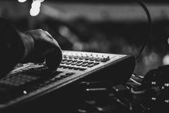 Consola de mezcla en el concierto imagenes de archivo