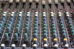 Consola de mezcla para el micrófono equipo de sonido imagenes de archivo