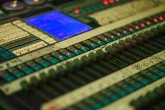 Consola de mezcla sana moderna para el ingeniero de sonido mientras que trabaja en el evento fotos de archivo
