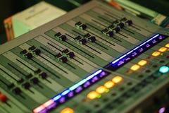 Consola de mezcla sana moderna para el ingeniero de sonido mientras que trabaja en el evento imagen de archivo libre de regalías
