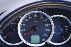 Consola del coche con el velocímetro del sistema de la unidad métrica foto de archivo libre de regalías