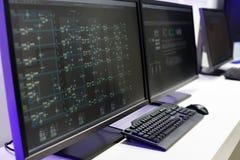 Consola del sistema en una sala de control fotografía de archivo