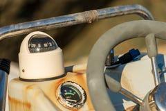 Consola delantera vieja con el volante fotos de archivo libres de regalías