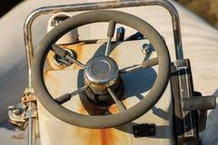 Consola delantera vieja con el volante fotos de archivo