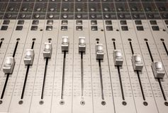 Consola en estudio de la grabación de audio imagenes de archivo
