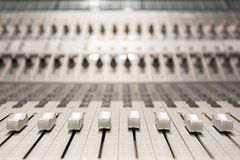 Consola en estudio de la grabaci?n de audio foto de archivo libre de regalías