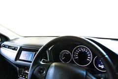 Consola moderna interior del coche del primer con el SP lleno de la demostración del parabrisas fotografía de archivo