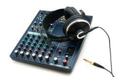 Consola y auriculares de mezcla. fotos de archivo