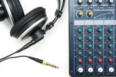Consola y auriculares de mezcla Fotos de archivo libres de regalías