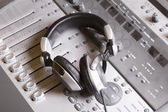 Consola y auriculares de mezcla imágenes de archivo libres de regalías