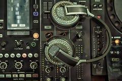 Consola y auriculares del mezclador imagen de archivo