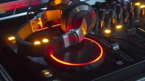 Consola y auriculares del mezclador de DJ Fotos de archivo
